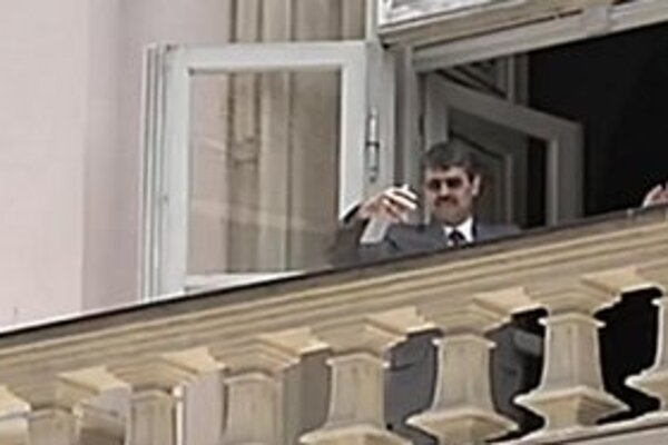 Milan Ftáčnik na balkóne Primaciálneho paláca.