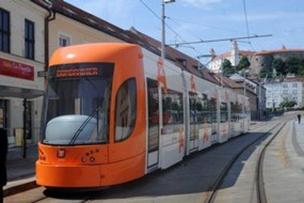 Električka Bombardier skúšobne jazdila aj po Bratislave.