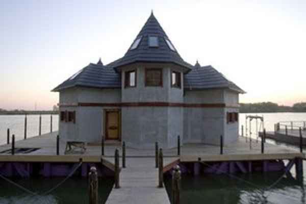 Na Jarovskom ramene kotví 266 hausbótov. K tým pôvodným začali pribúdať doslova domy na vode.