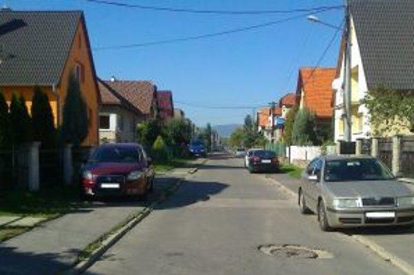 Lokalita IBV. Majitelia rodinných domov by si mali dávať pozor. Takto parkovať by nemali.