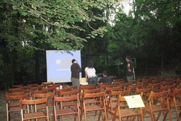 Letné kino Nostalgia premieta pod korunami stromov.