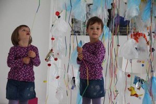 Plast, kov, papier či látky určené do odpadu tvorciovia v Bibiane pretvorili na zaujímavé interiérové doplnky a hry.