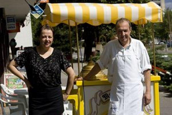 Jana a Claudio Zoccolettovci chcú Slovákov naučiť kultúre zmrzliny. Ich zmrzliny majú nielen iný názov, ale aj farbu a chuť. Talianske Maxi Gelato otvorili v Dúbravke na Saratovskej ulici.
