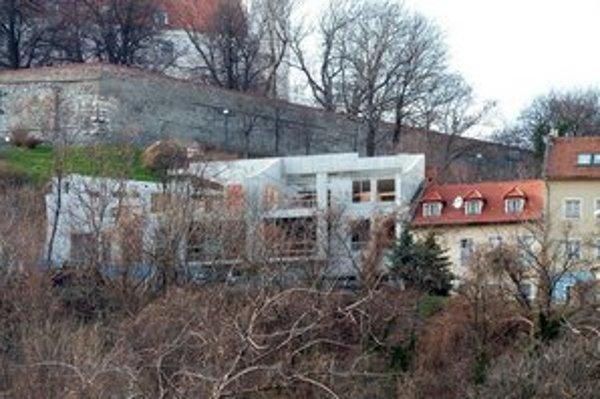 Dom vyrastá tesne pod Hradom.