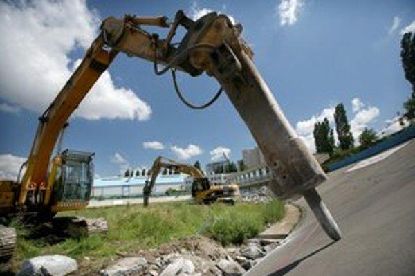 Cyklistický štadión v Novom Meste začali búrať v júni 2010, mal byť súčasťou projektu rekonštrukcie Zimného štadióna Ondreja Nepelu.
