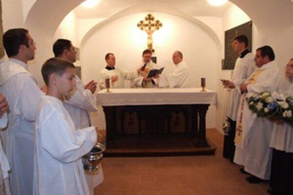 Administrátor Banskobystrickej diecézy, Marián Bublinec, požehnáva zrekonštruovanú kryptu.