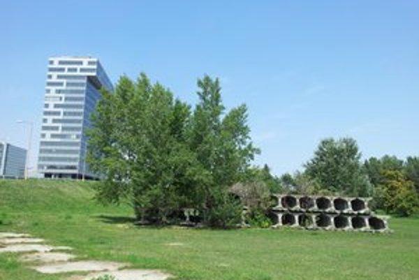 V Petržalke zostali po výstavbe metra len takéto stopy.