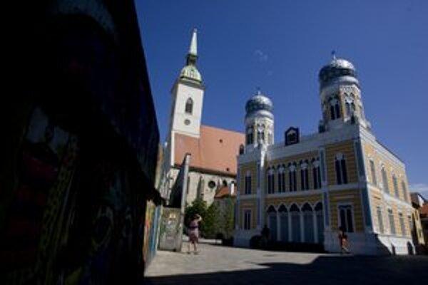 Zmenšená maketa synagógy stojí takmer na pôvodnom mieste.
