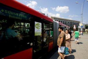 Na wi–fi v autobuse  MHD upozorňuje nálepka. Autobus jazdieva každý deň na  inej trase.
