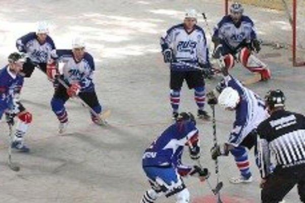 Žiarski hokejbalisti si pripísali prvú výhru.