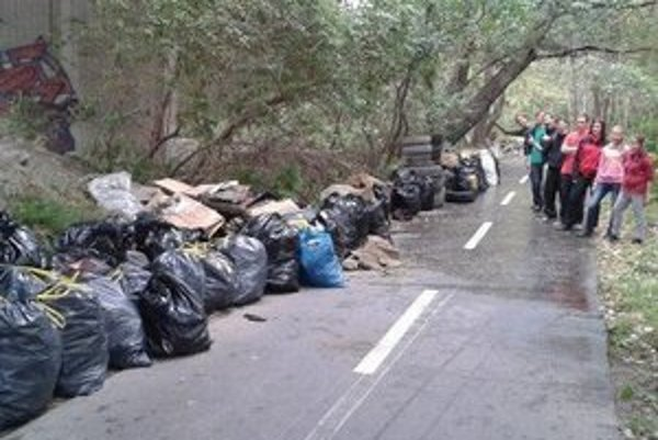 Zelená hliadka už v minulosti upratovala pod mostom, smeti sú tam však opäť.