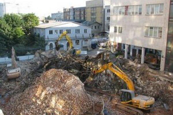 Objekty Cvernovky začali búrať v júni na základe sporného búracieho povolenia. Dnes má investor platné búracie povolenie do júna 2015.