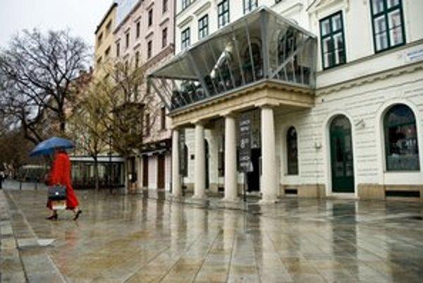 Ak sa čierna stavba niekedy odstráni, tak ide zväčša o prístrešok či terasu ako bola tá na reštaurácii Le Monde.