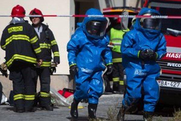 V Matadorke zasahujú hasiči v ochranných oblekoch a s kyslíkovými bombami.