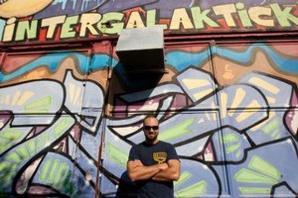 VLADIMÍR HORVÁT sa narodil v roku 1982 v Bratislave. Vyštudoval environmentalistiku na Prírodovedeckej fakulte Univerzity Komenského. Od roku 2008 prevádzkuje alternatívny hudobný klub Intergalaktická Obluda na bratislavských Kramároch.