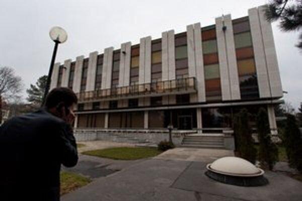 Vláde pozemky pod jej administratívnou budovou, ktorú postavili v 80. rokoch, nepatrili.