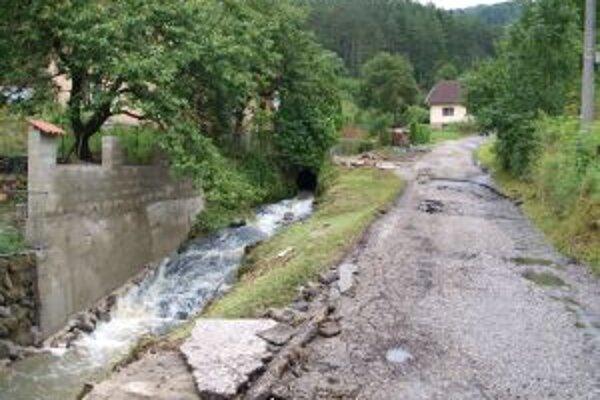 Takto zničila časť cesty v Šášovskom Podhradí vlaňajšia povodeň. Jej opravu by podľa mesta mala zaplatiť spoločnosť, ktorá chce v mestskej časti stavať vodnú elektráreň.