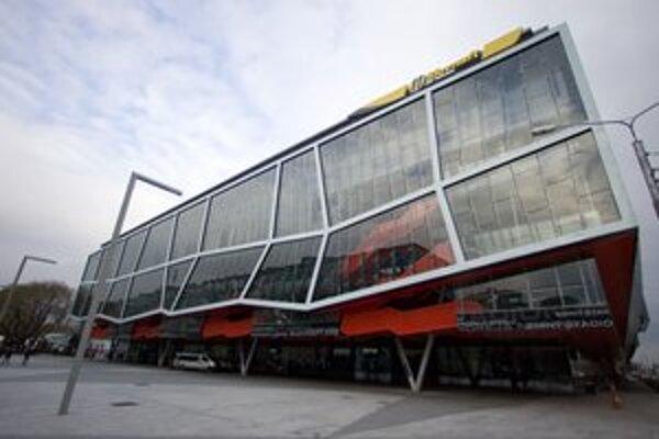 Zimný štadión Ondreja Nepelu, ľudia museli opustiť všetky štadióny v meste.