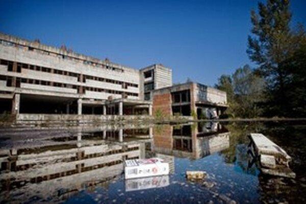 Príkladom neefektivity a nemohúcnosti štátu je nová Univerzitná nemocnica na bratislavských Rázsochách. Štát ju začal stavať ešte v roku 1987. Dodnes nie je postavená. Myšlienku jej výstavby najnovšie oprášil minister zdravotníctva Tomáš Drucker. Mala by byť postavená do piatich rokov za 263 miliónov eur.