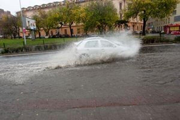 Voda sa valí ulicami, kanály nestíhajú.