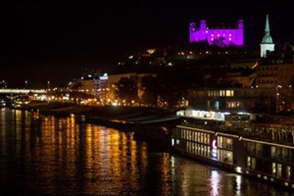 Hrad bol fialový v noci zo šiesteho na siedmeho novembra.