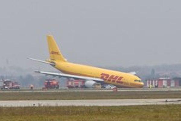 Lietadlu sa nevysunul predný podvozok a pristálo na nose.