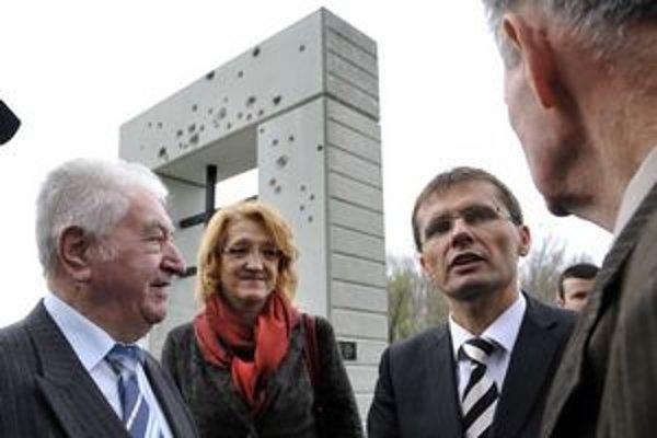 Spomienkové stretnutie pri pamätníku na obete komunistického režimu v Devíne.