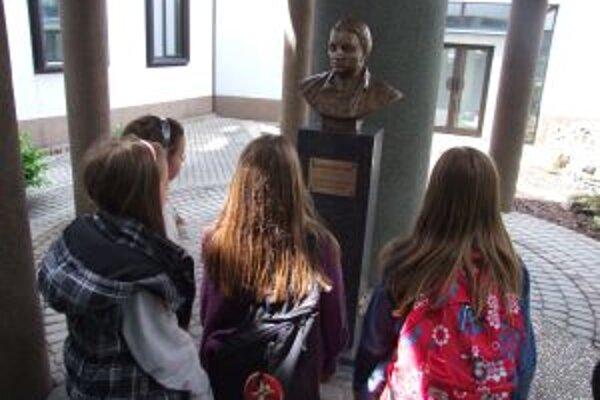 Busta Maximiliána Hella pri vstupe do žiarskeho planetária.