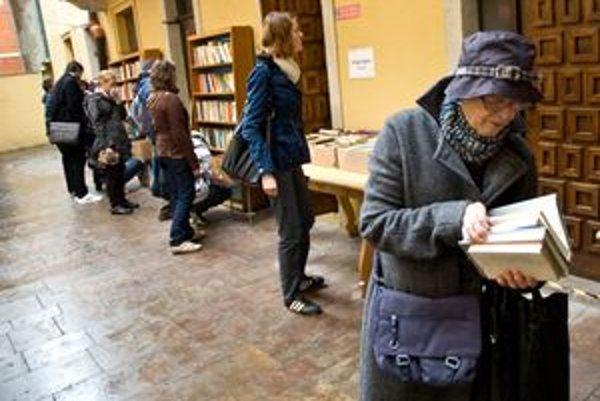 Jedným z prvých podujatí Bratislavy pre všetkých je burza kníh v mestskej knižnici. Začala sa už vo štvrtok a potrvá týždeň.