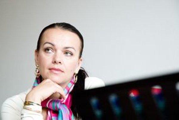 Spisovateľka Petra Nagyová-Džerengová  patrí spolu s  Tatianou KeleovouVasilkovouk najpredávanejším slovenským autorkám ženských románov.  Napísala tri romány a jednu novelu, nedávno dokončila detskú knižku.