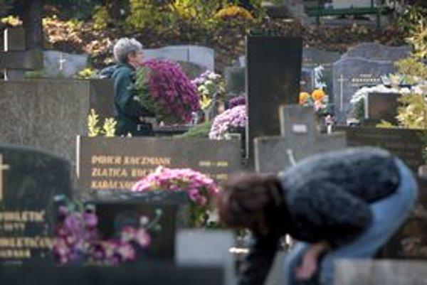 Pohrebníctvo tvrdí, že vandali znečisťujú cintorín. Ľudia to potom musia upratovať