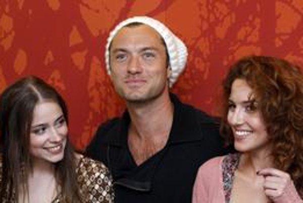 Máriu Teréziu na skromnejšej verzii Korunovačných slávností zahrá Gabriela Marcinková (na sníme vľavo), ktorá má menšiu úlohu aj v novom britskom filme 360 s Anthonym Hopkinsom a Judom Lawom (vpravo).
