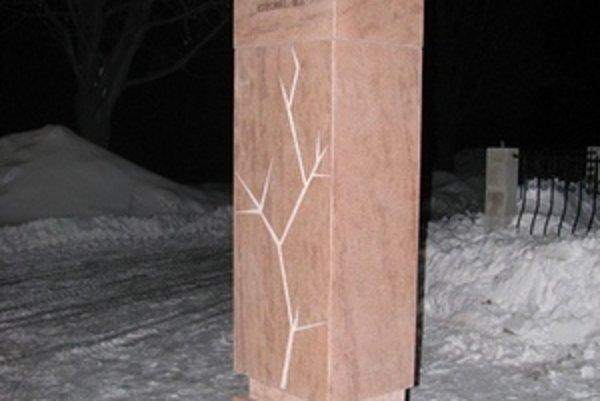 Pomník v tvare výkričníka. Dielo Milana Ormandíka v Nevoľnom má pripomínať úctu k životu.