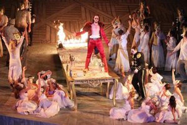 Scéna z Mozartovho Dona Giovanniho inscenovaného v kameňolome St. Margarethen.