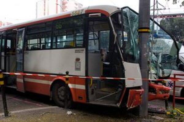Dvanásť osôb sa zranilo po havárii autobusu číslo 66 v Ružinove.