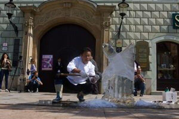 Pod rukami kuchára japonského veľvyslanectva vzniká ľadová socha labute.