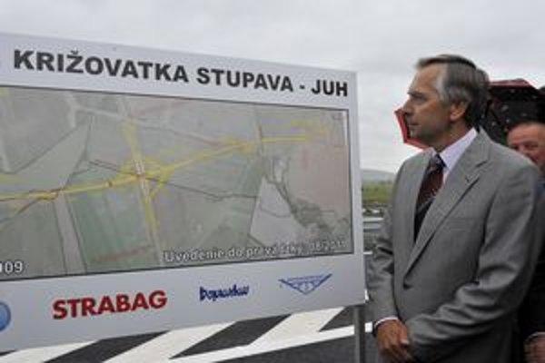 Otvorenie križovatky D2 a D4 by tiež malo významne prispieť k odľahčeniu úseku cesty 1. triedy medzi Stupavou a Lamačom. Na snímke z otvorenia minister dopravy Ján Figeľ KDH
