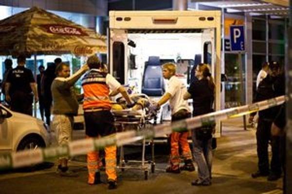 Po streľbe ostal jeden zranený, odviezla ho sanitka.