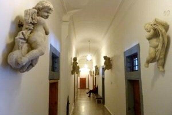 Ochranné krídla nad úradníkmi a návštevníkmi historickej radnice v Kremnici drží skupina anjelov.