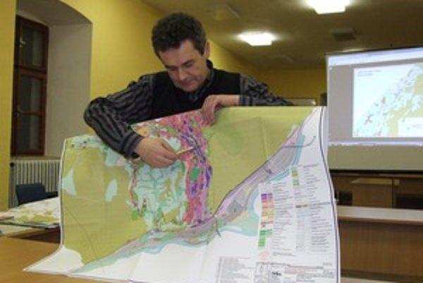Architekt Dušan Marek na verejnom prerokovaní návrhu územného plánu Novej Bane s mnohými pripomienkami súhlasil.