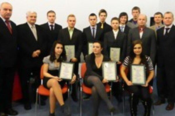 Absolventi školy mladých rozhodcov s diplomami.