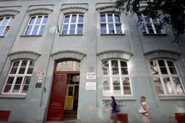 Budova na Jesenského je školou celú svoju históriu. Má aj dobrú pozíciu - v blízkosti zastávok električiek.
