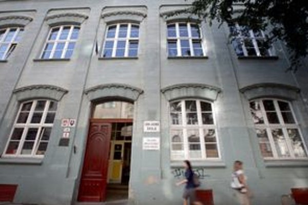 Majiteľ tejto budovy, ktorú postavili v roku 1870 ako školu, nie je známy.