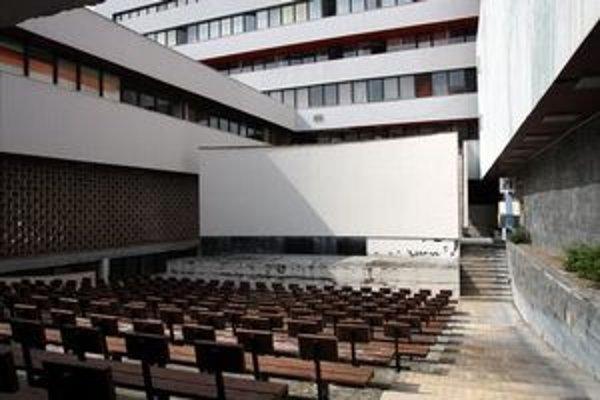 V nevyužívanom amfiteátri sa bude čistiť, zametať, treba i ponatierať lavičky.