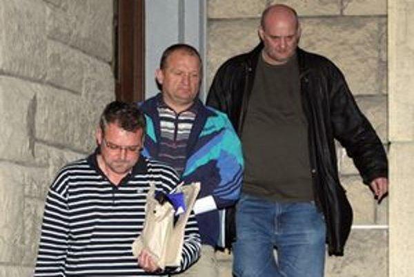 Michala Hrbáčka (v strede) prokuratúra podozrieva, že patrí k pozemkovej mafii.