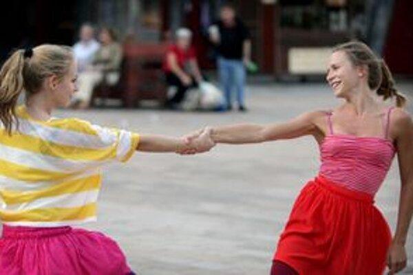 Festival sa začal v piatok. Tancuje sa nielen v dome T&D – Alternatívnom divadle elledanse, Galérii Cvernovka, Mestskom divadle POH a VŠMU, ale aj na námestiach v centre Bratislavy.