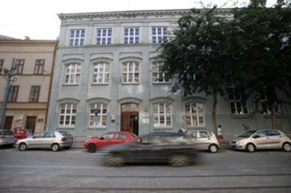 Školu predala cirkev firm,e ktorá si sídlo uvádza na Panskej 9, nemá tam však ani kanceláriu, ani schránku. Aj pre nejasných majiteľov teraz vedenie školy ani mesto netušia, čo s nimi bude.