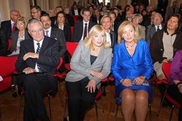 Vlani hlavnú cenu odovzdávala premiérka Iveta Radičová.