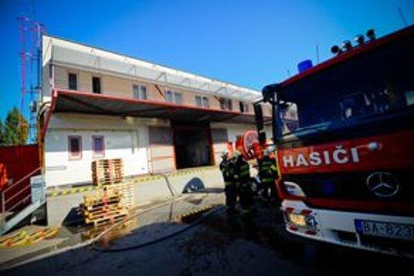 Na miesto dorazilo 15 hasičov a sanitka.
