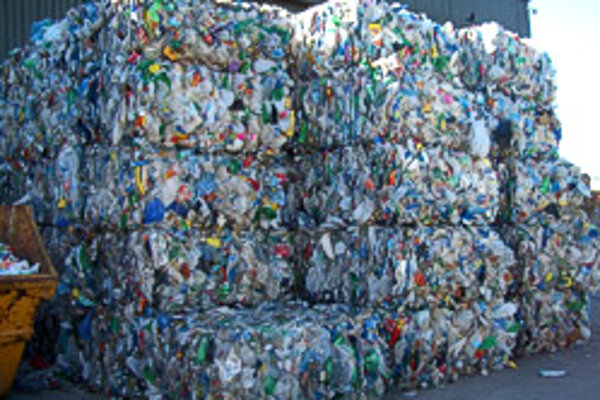 Vyseparovaný plast v Írsku pripravený na predaj.